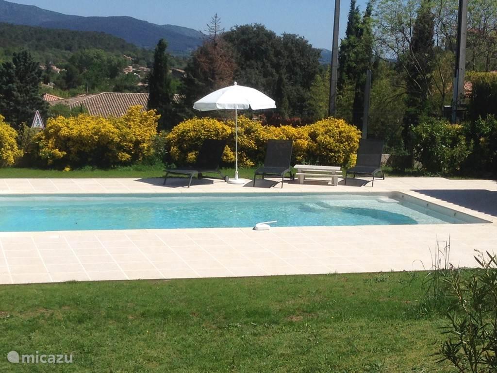 Infinity pool zwembad betegeld met bisazza mozaïek van boven
