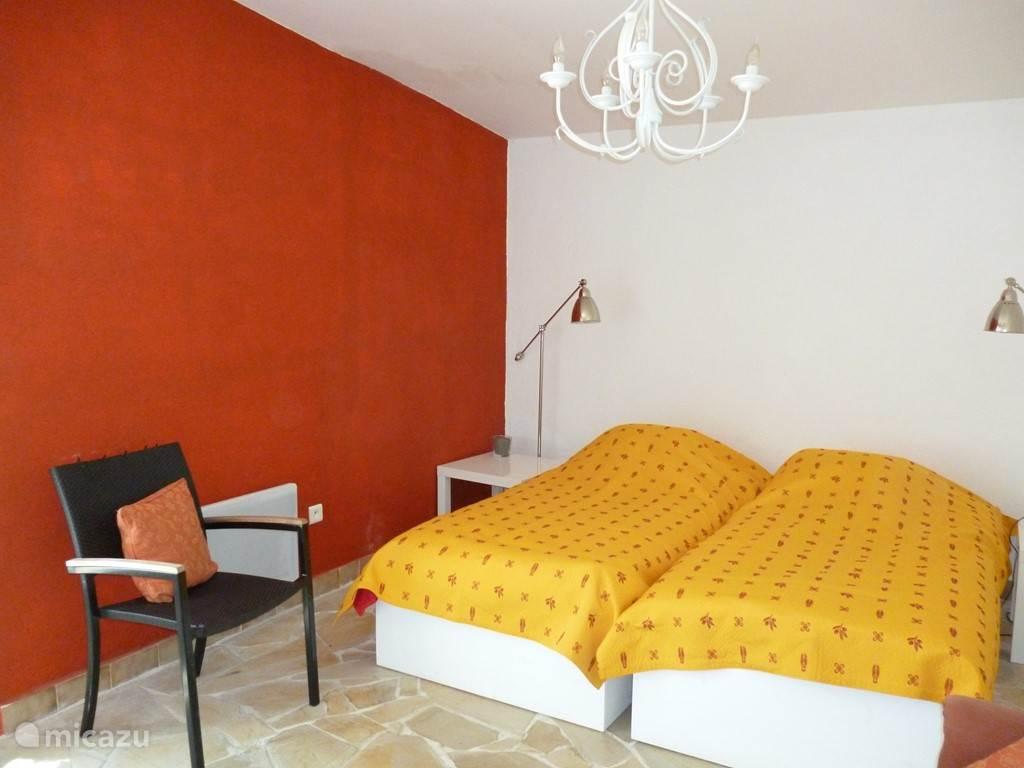 rode slaapkamer met openslaande deuren naar zijkant