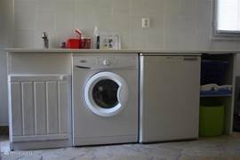 Utility room with washing machine, freezer and sink
