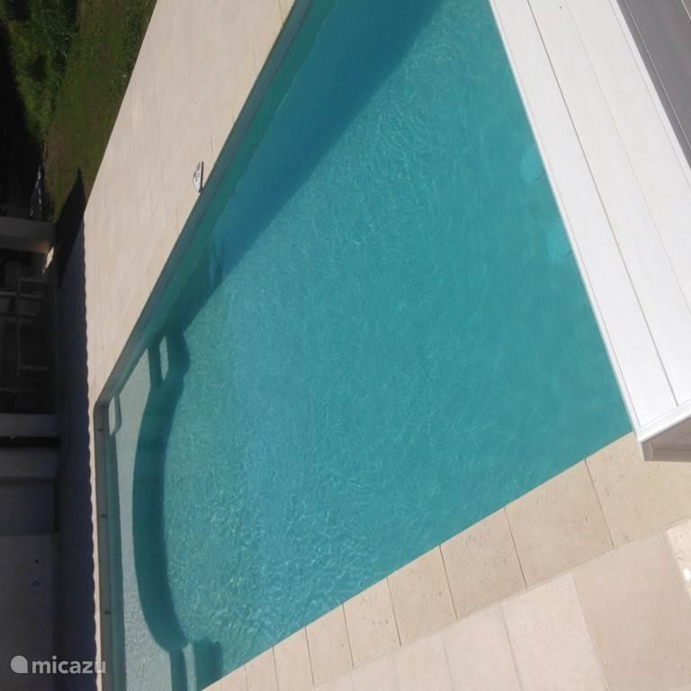 zwembad met ondiep deel bij trap ideaal om te zitten en spelen met kids