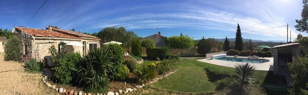 Panorama foto van huis, tuin en zwembad met terrassen