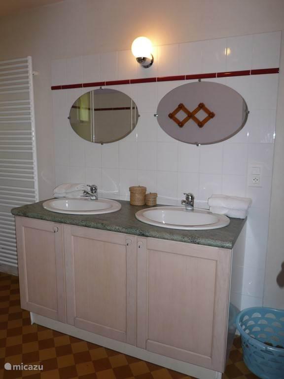 Ruime badkamer met 2 wastafels