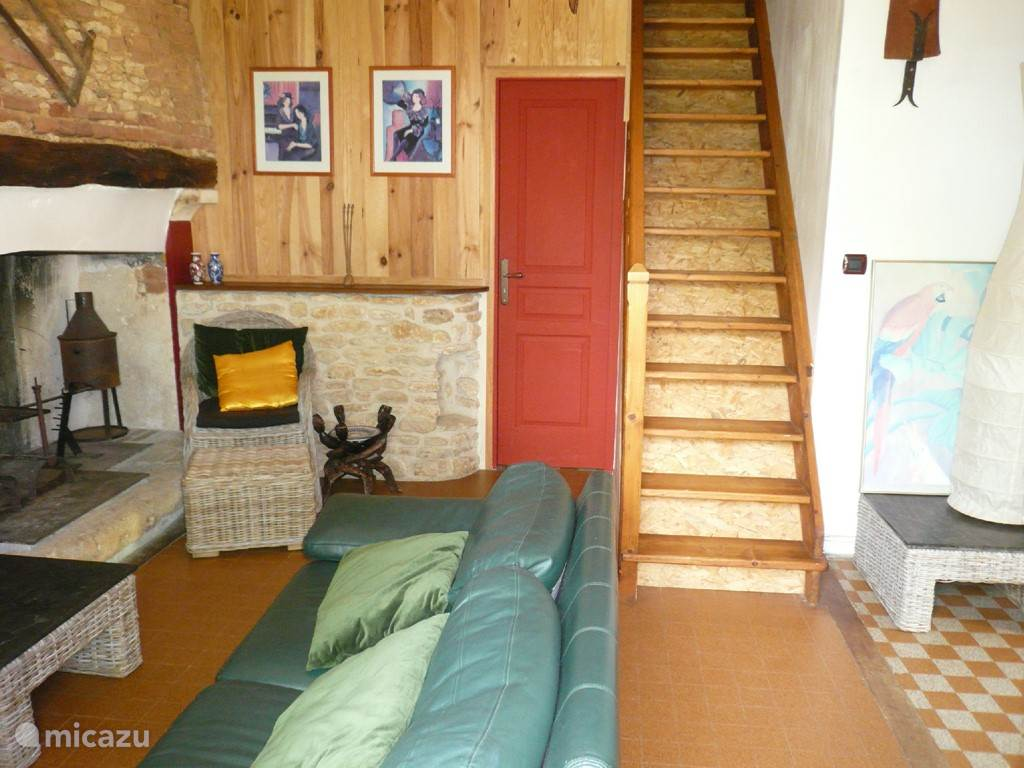 De trap naar de verdieping met 2x éénpersoonsbed en een twee persoons bed