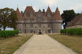 Chateau de Monbazillac. In the neighborhood: at a distance of 100 km (on the highway in about an hour away) are the first famous wine chateaux of Bordeaux.