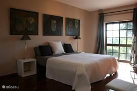 Royale slaapkamers met komfortabele bedden.