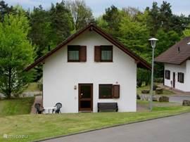De voorkant van het huis ligt op het noorden. Op hete dagen is het heerlijk zitten in de schaduw van het huis, met dat fantastische uitzicht op de bosrand.