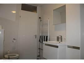 2e toilet in badkamer