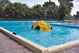 Zwembad met speelrots. Verwarmd!