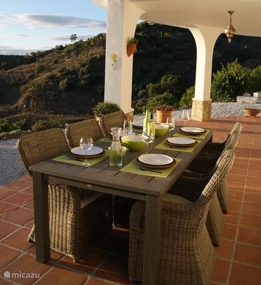 Gezellig samen genieten van een heerlijke tapas of een lekker wijntje aan de mooi gedekte eettafel op de overdekte veranda.