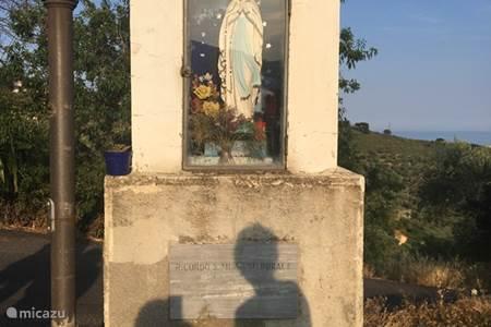 Maria kapelletje aan het begin van onze straat