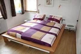 De ruime gezellige ouder kamer van app 2 heeft een zeer grote kleding kast en comfortabel 2 persoons bed.