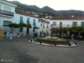 Het mooie plein met de fontein in het historische dorp Pueblo