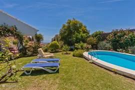 Zeezicht, zwembad en mooie tuin.