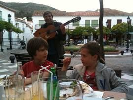 Gezellig eten bij de restaurantjes. Een genot voor ouders en kinderen. Heerlijk eten en oer Spaans, 5 min lopen van het huis.