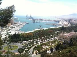 De haven van Malaga, 20 minuten rijden van uit de villa. Mooi gefotografeerd vanuit het prachtige kasteel van Malaga. Een must see!
