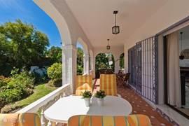 Overdekte riante terrassen maken dat je ook beschut heerlijk kan zitten eten, lezen en meer.