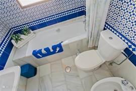 Mooie Spaanse badkamer, annex bij de grote slaapkamer. Volledige privacy. Voorzien van alle luxe ligbad met douche. Bidet en WC en wastafel. Leuks Spaanse sfeer.