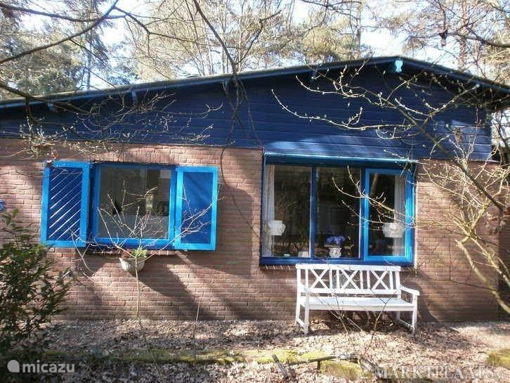 Voorkant van de bungalow die al meteen bij aankomst een heerlijke gezellige sfeer uitstraalt Met vooral veel privacy