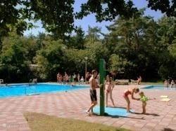 Het heerlijk in de zo'n gesitueerde zwembad met apart baby kleuter badje