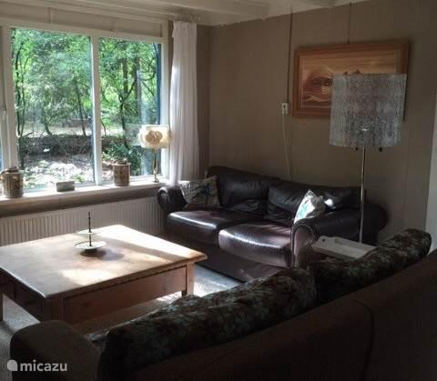 Gezellige lichte woonkamer met uitzicht op bostuin flatscreen dvd speler WiFi