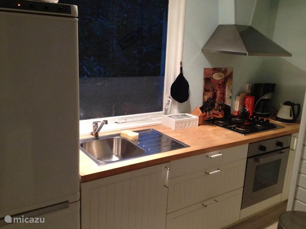 Volledig ingerichte keuken met koel/vries kombi Oven ,gasfornuis,,magnetron