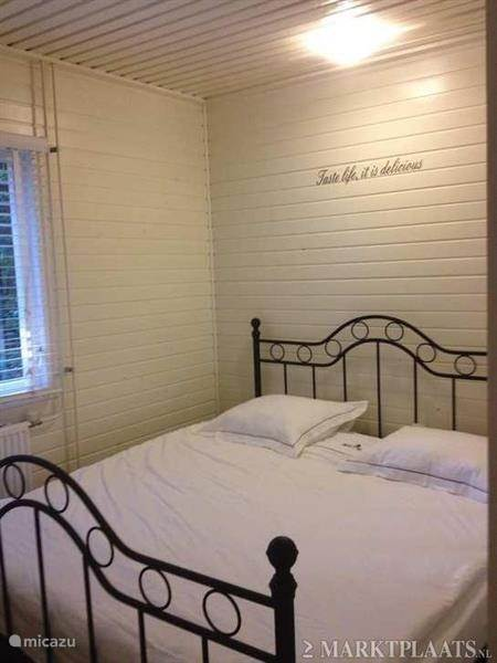 Slaapkamer 1 u ontwaakt met het geluid van zingende vogeltjes wat is er nog fijner om de dag te beginnen