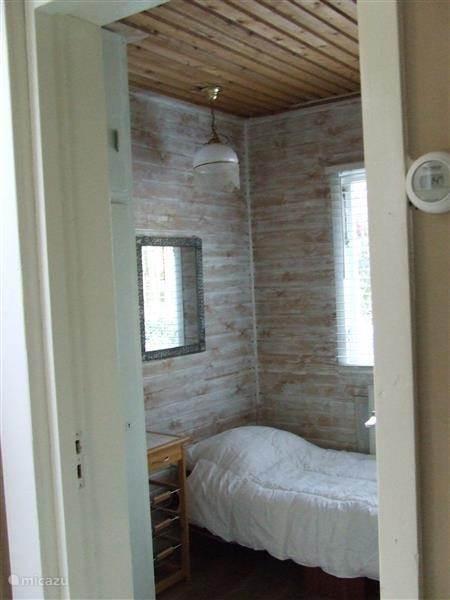 Slaapkamer met 1 persoonsbed ook weer met uitzicht bostuin