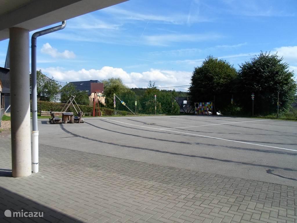 groot speelplein met veel speeltuigen op slechts enkele meters van de woning
