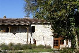 The house stone steps was built in the style of a typical farmhouse of the Quercy region. Right under the sloping roof, you will see the development which we have arranged a spacious kitchen.