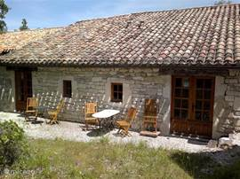 Both gîtes Lavender and Oleander in the 'barn': the open doors in authentic style and the windows of the kitchinettes. Right and left the cottage Lavender gîte Oleander. Both cottages share the terrace, facing south. In terms of classification, the cottages each spiegelbeed.