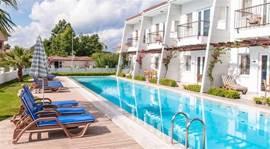 Het hele Ambervillas complex met een 25 meter lang zwembad, zonnedek met genoeg ligstoelen, gratis WiFi, (ook buiten).