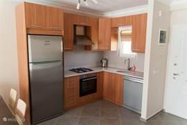 Moderne keuken, voorzien van alle hedendaagse gemakken, zeer compleet keukengerei om zelf voor zes mensen te kunnen koken. Uiteraard beschikt de keuken over een vaatwasser, oven, afzuigkap en een grote koel/vries combinatie
