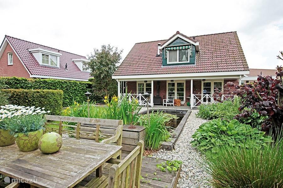 The Cosy Cottage ligt aan de rand van de Buitenplaats Horsterwold op een van de mooiste plekjes van het park. Aan de achterzijde van het huis is over de hele breedte een heerlijke veranda. Daar is het van de vroege ochtendzon tot in de late uurtjes (met de houtkachel aan) volop genieten.