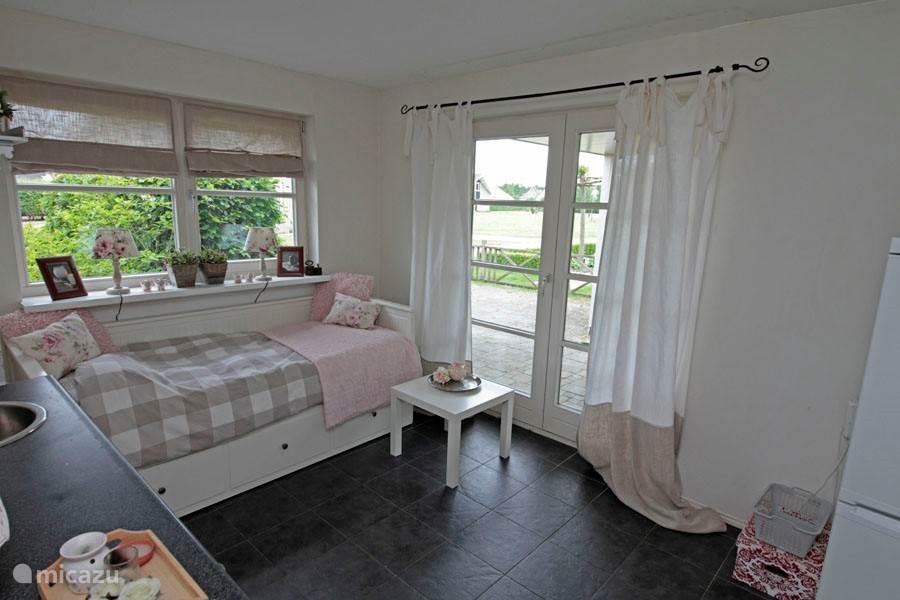 Dit voorjaar hebben we een 3e slaapkamer gerealiseerd. Op de begane grond is nu ook een comfortabele slaapplaats voor 1-2 personen met een eigen wasgelegenheid. Ook fijn als opa of oma meegaan.