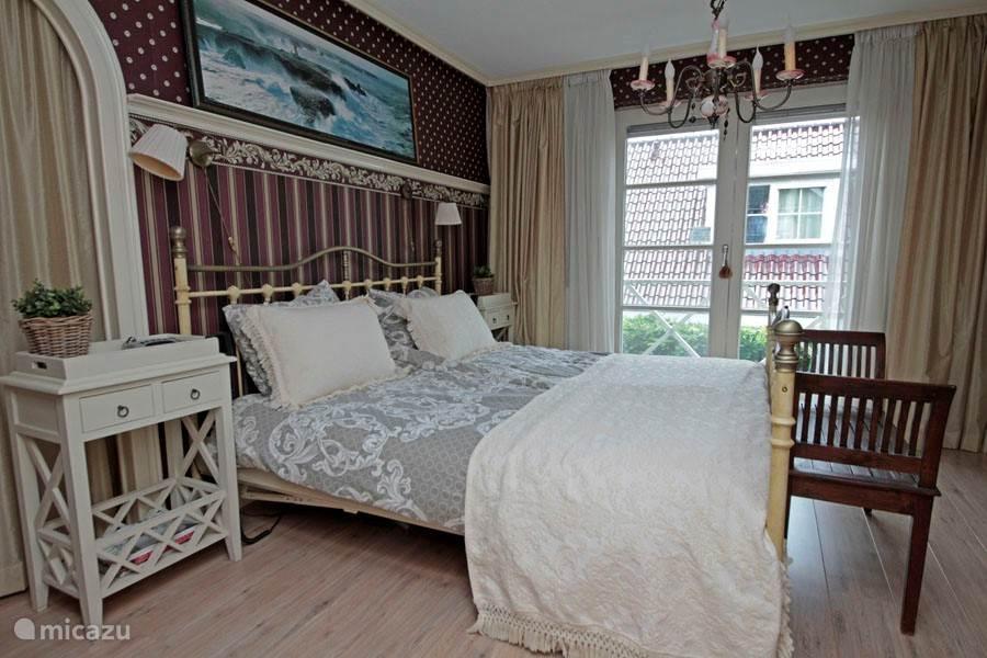 De ouderslaapkamer met comfortabel bed met elektrisch verstelbare matrassen.Openslaande deuren naar het balkon maken het comfort compleet.