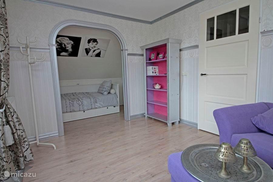 De tweede slaapkamer met twee slaapnissen en een gezellig zitje.