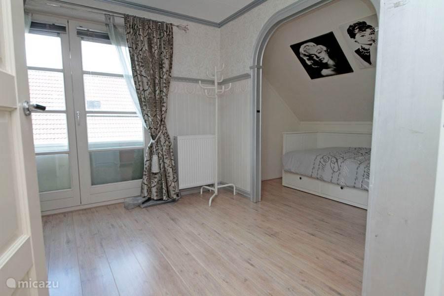 In de tweede slaapkamer staan een 1-2 persoonsbed (met onderschuifbed) in een slaapnis zodat er toch privacy is in de 3-persoonsslaapkamer.