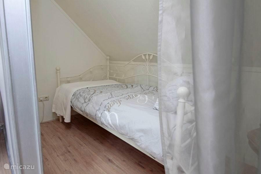 Een van de beide slaapnissen met 1 persoonsbed in de tweede slaapkamer.