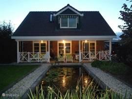 Vooral 's avonds is de veranda een heerlijk romantisch plekje, de houtkachel lekker aan, genieten maar….