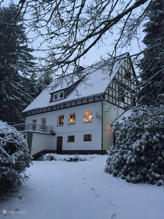 Voorzijde van huis gelegen aan de rand van het bos met een heerlijke weide voor de deur, waar 's winters lekker gesleed kan worden! Ons huis ligt op loopafstand van de skipiste Liegewiese. Kortom veel ruimte en privacy en toch overal in de buurt.