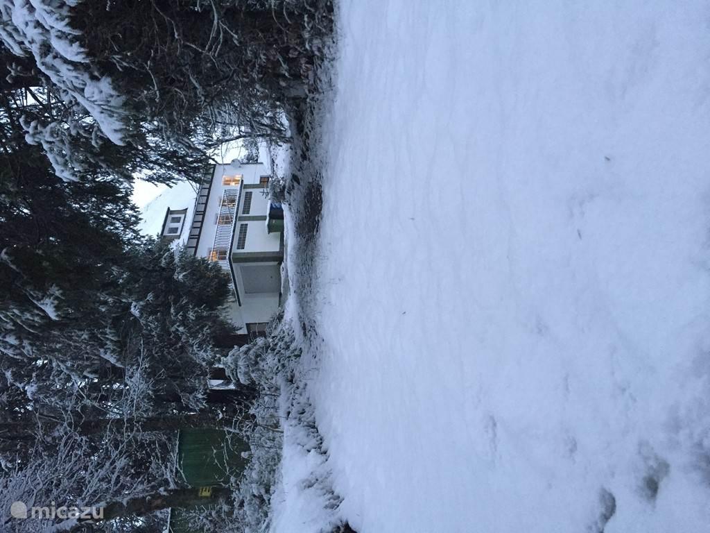 En het huis is ook bereikbaar via de linkerkant van de oprijlaan.