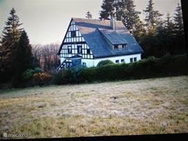 Voorzijde van het huis, u ziet hier goed de heerlijke vrije ligging van het huis.