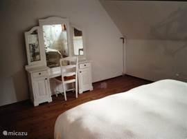 Een van de twee grote slaapkamers