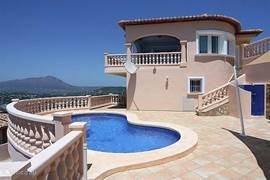 Casa Bonbini, zicht op woning en zwembad