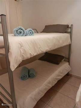 slaapkamer met 2 stapelbedden