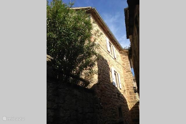 Voorkant van het huis in de zon