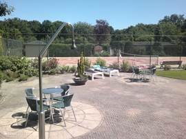 De tennisbaar ligt naast het zwembad