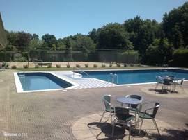 Groot zwembad met een apart kinderbadje