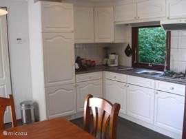 Open keuken, compleet ingericht o.a. ijskast, magnetron, keukenmachine, dubbelwandige theepot, losse thermos koffiekan voor de tuin. Er is ook nog een oven in het huisje.