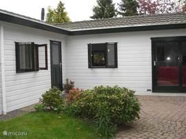 Een L vormig huisje. Eigen tuin, 2 slaapkamers, woonkamer met keuken, aparte toilet, badkamer met douche en wastafel + wasmachine.